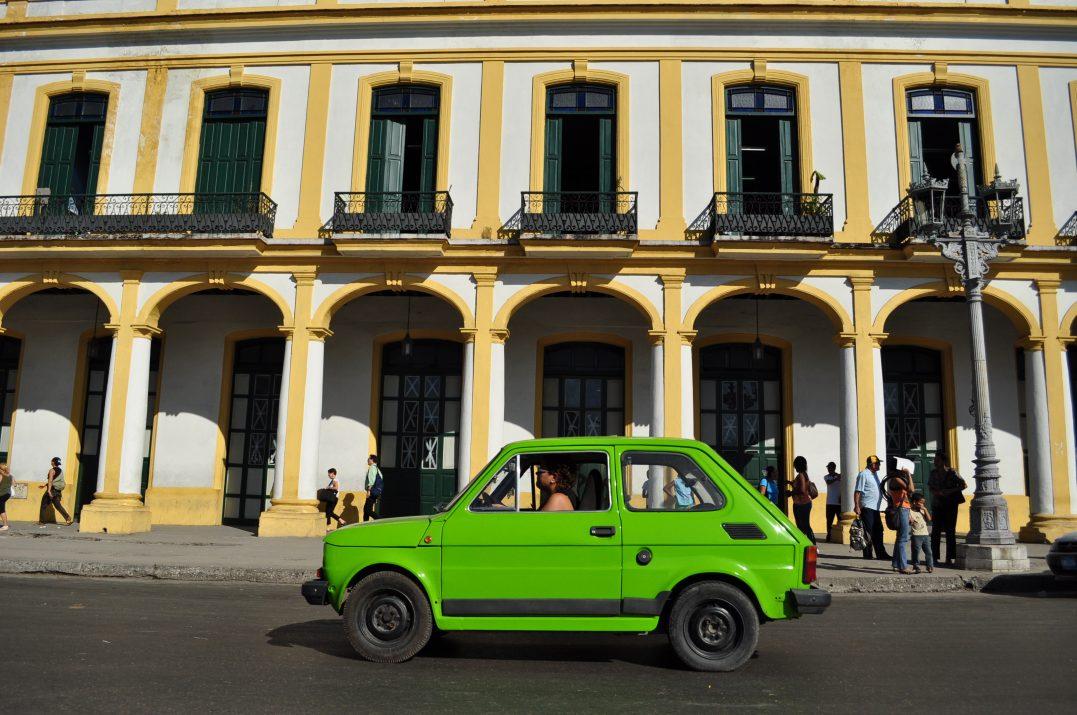Kubańskie klimaty ale Fiat 126p z Polski, w barwach tropikalnych