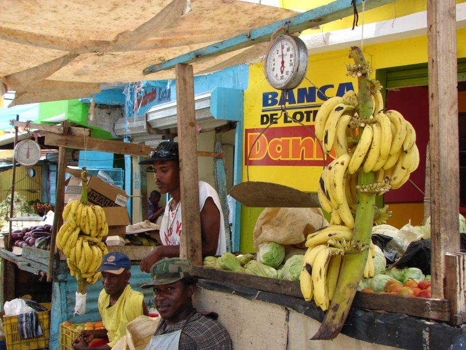 Bazar w San Cristobal w Dominikanie. Ludzie sprzedają tropikalne owoce i warzywa