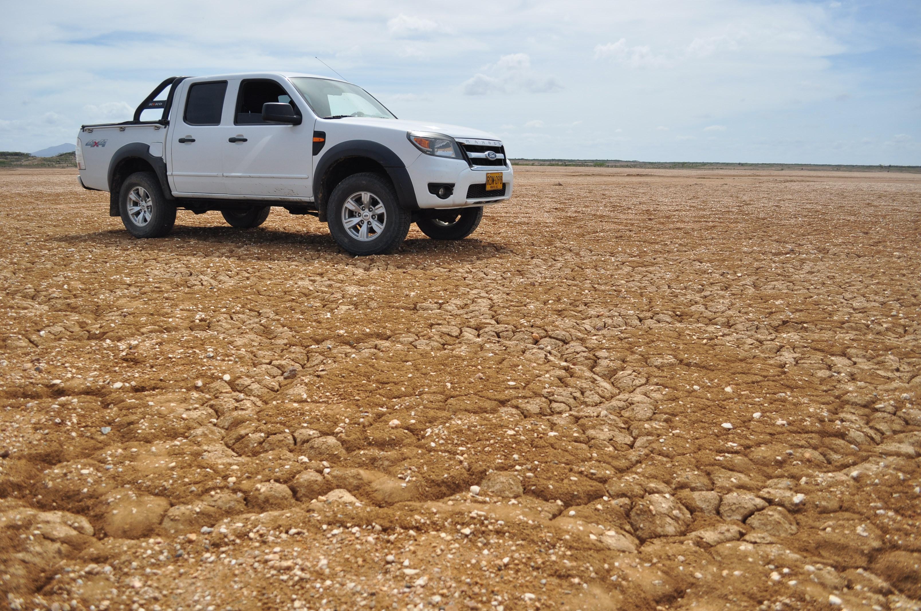 Terenowy ford pickup na półpustyni na półwyspie Guajira w Kolumbii.