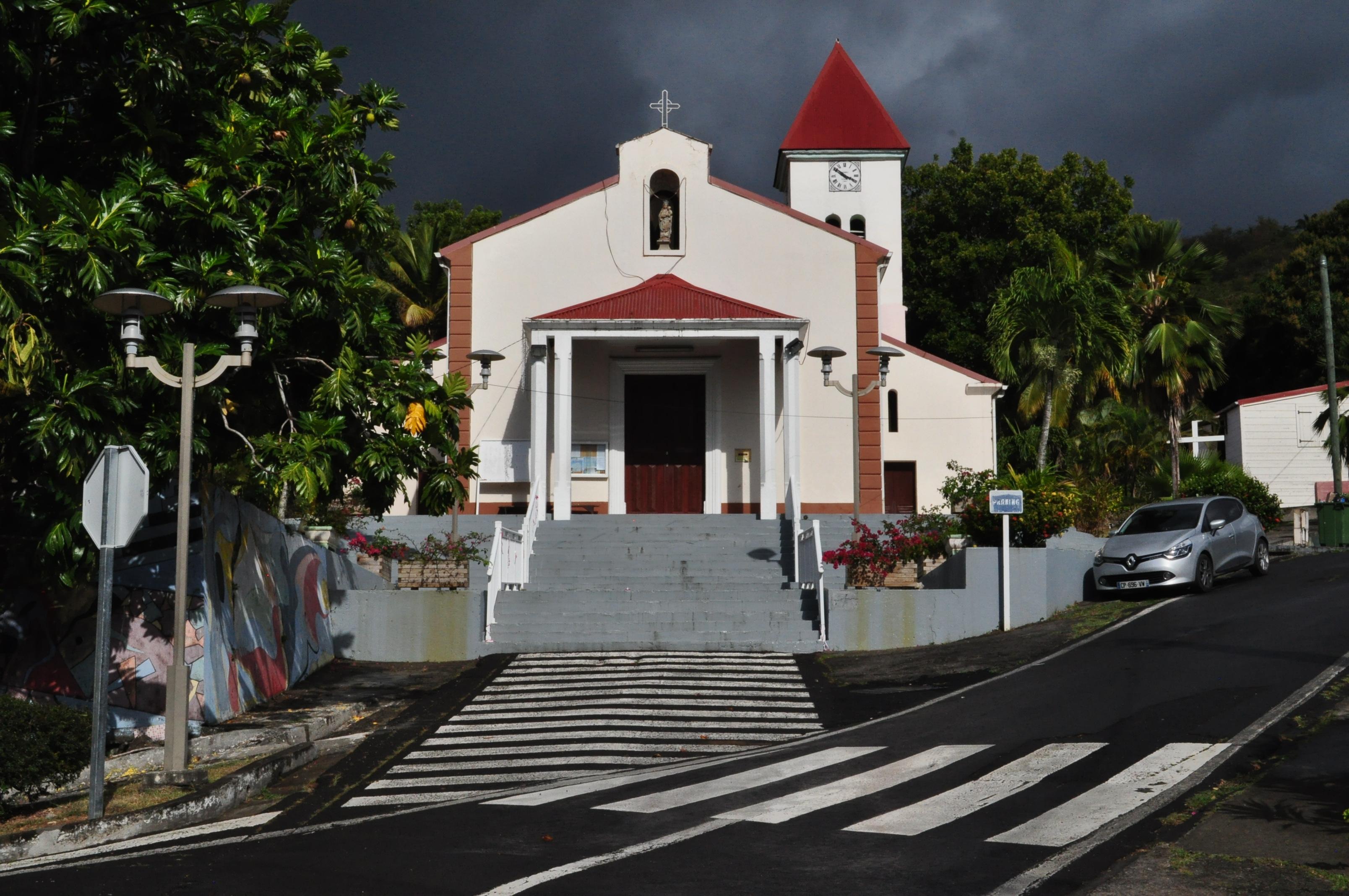 ©Caribeya, Kościół w Deshaies. Na prawo domek (z czerwonym dachem), który był serialowym komisariatem policji.