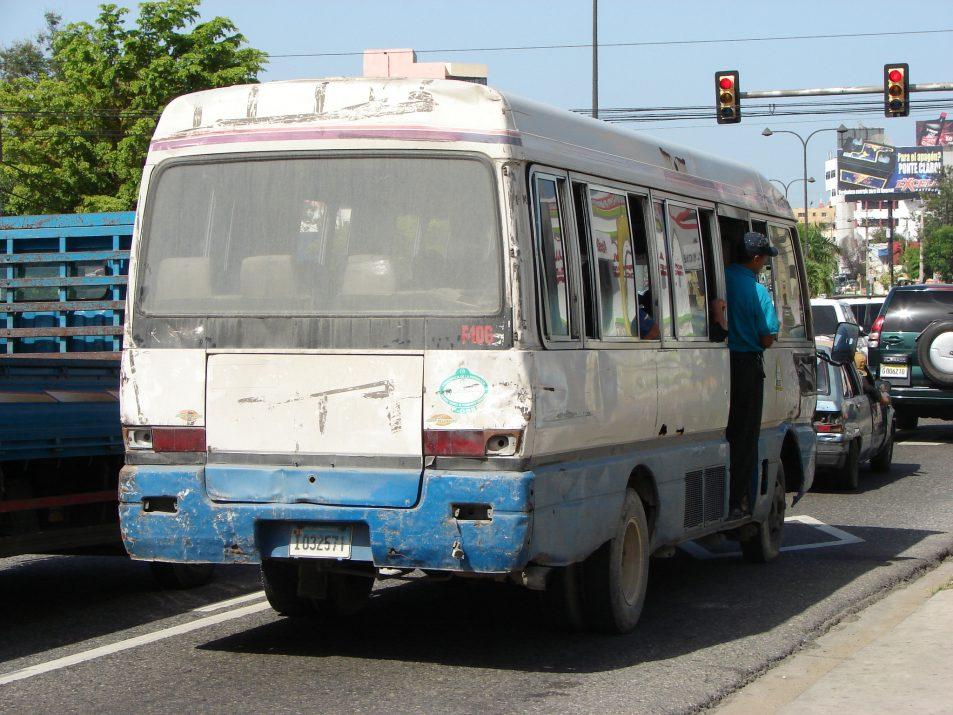 Guagua, środek transportu w Dominikanie, minibus. W taki minibusie, szczególnie w ścisku może czaić się złodziej.