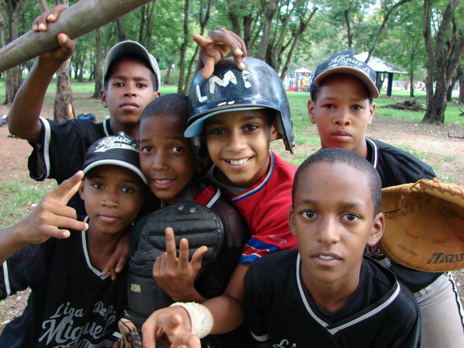Młodzi adepci bejsbola z Dominikany