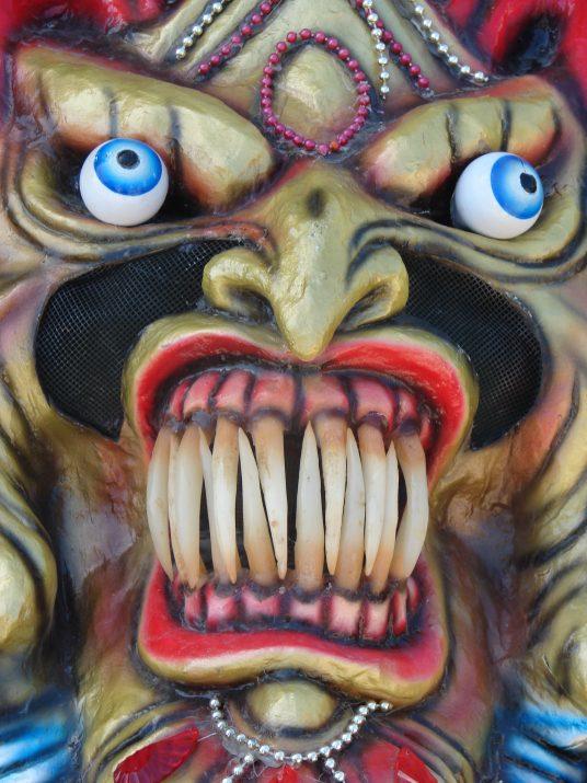Przerażająca maska Kulawego Diabła na karnawale w La Vega w Dominikanie