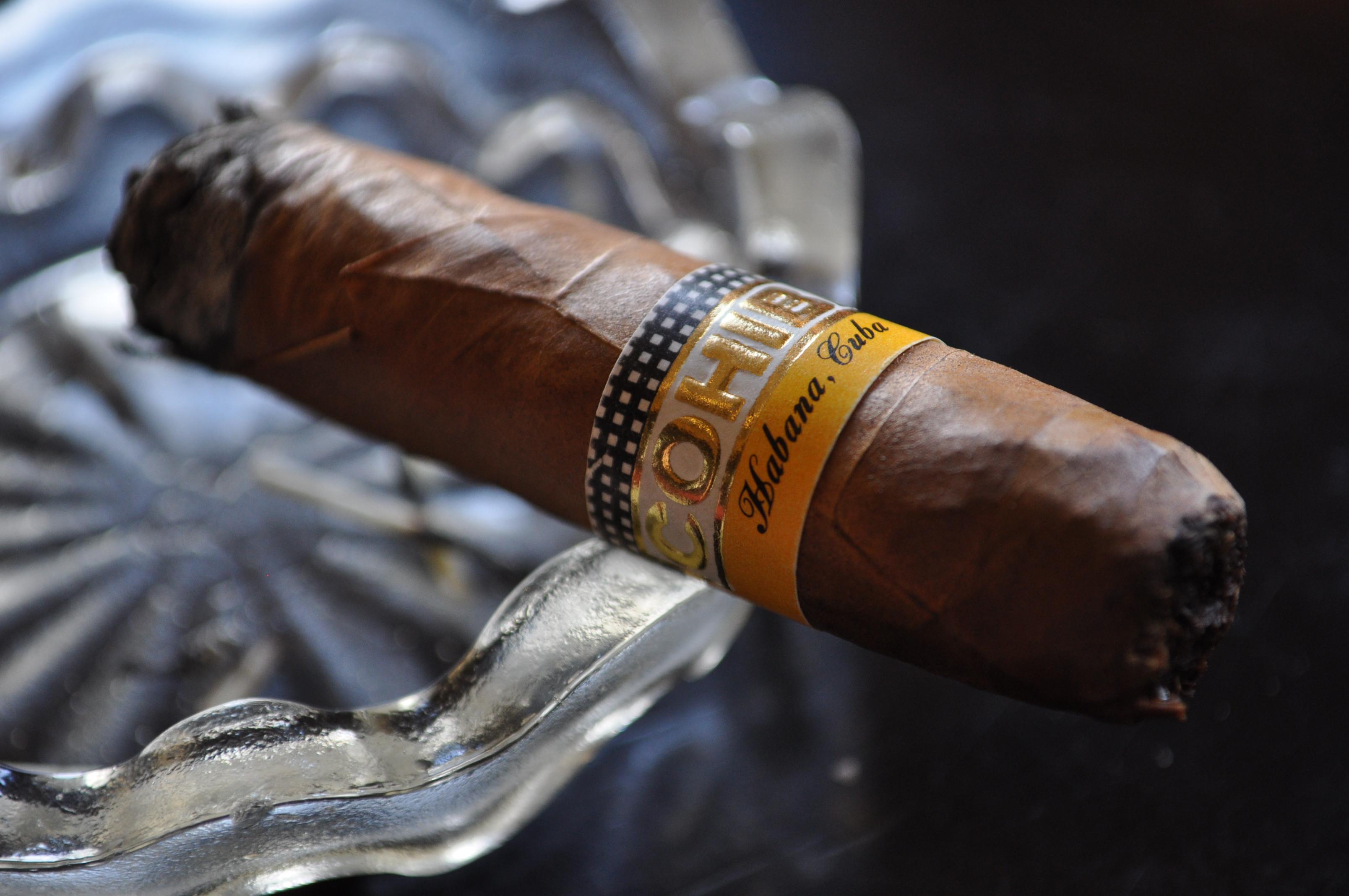 Kubańskie cygaro Cohiba tli się w popielniczce