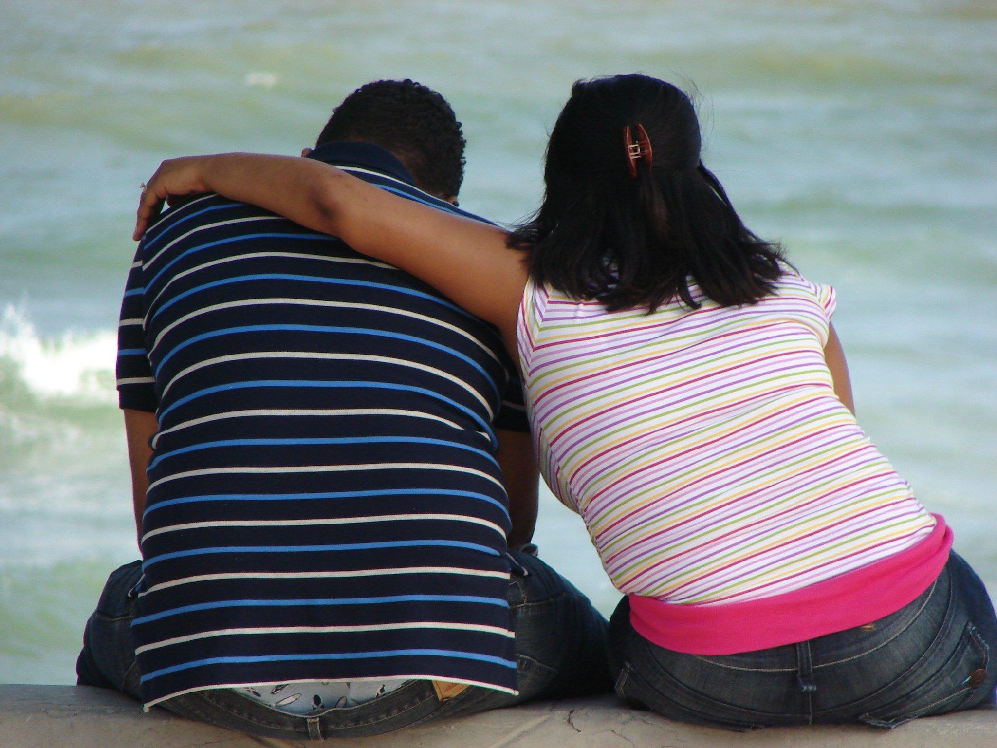 Para siedząca na promenadzie nadmorskiej Malecón w Santo Domingo