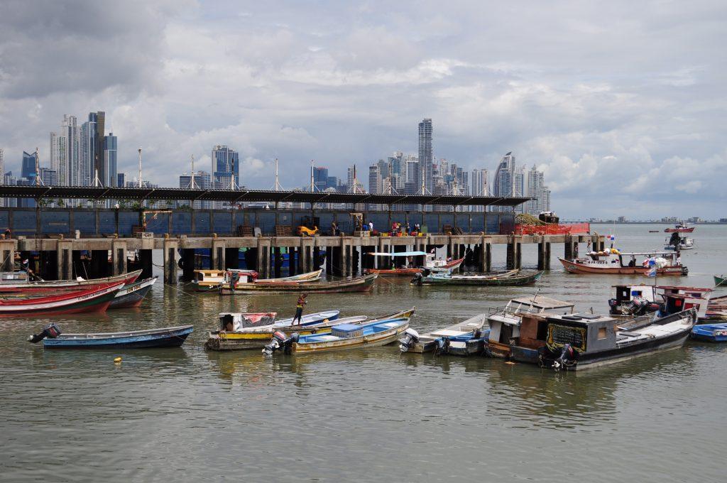 Port rybacki w mieście Panama, blisko targu z rybami i owocami morza - Mercado de mariscos