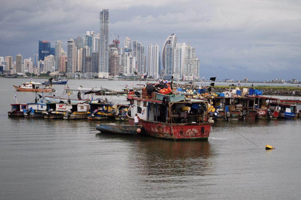 Łodzie w porcie rybackim w mieście Panama, blisko targu z rybami i owocami morza - Mercado de mariscos