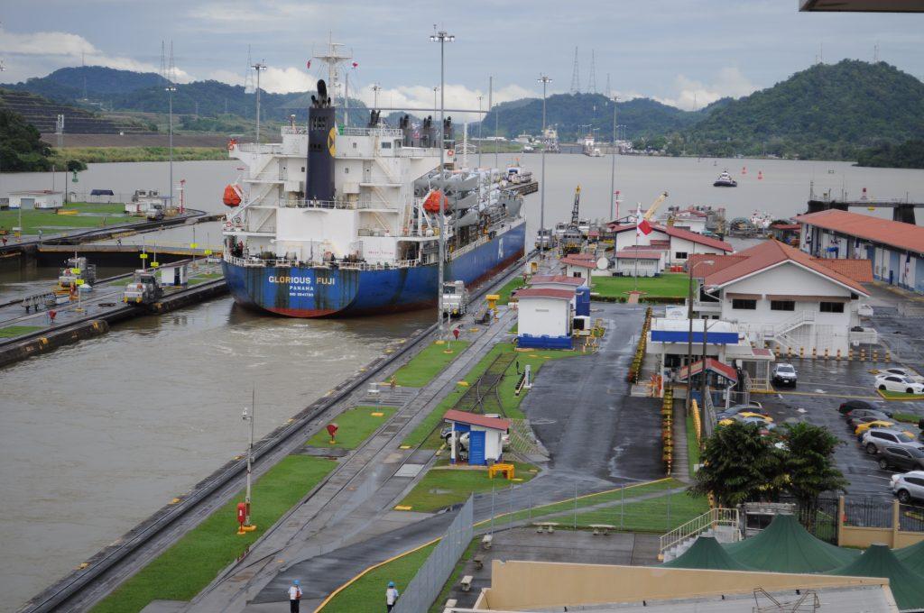 Statek opuszcza śluzy Miraflores w Kanale Panamskim.