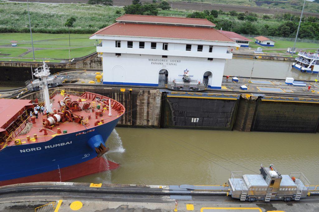 Muły (mulas), czyli elektryczne lokomotywy koordynujące tranzyt statków w Kanale Panamskim.