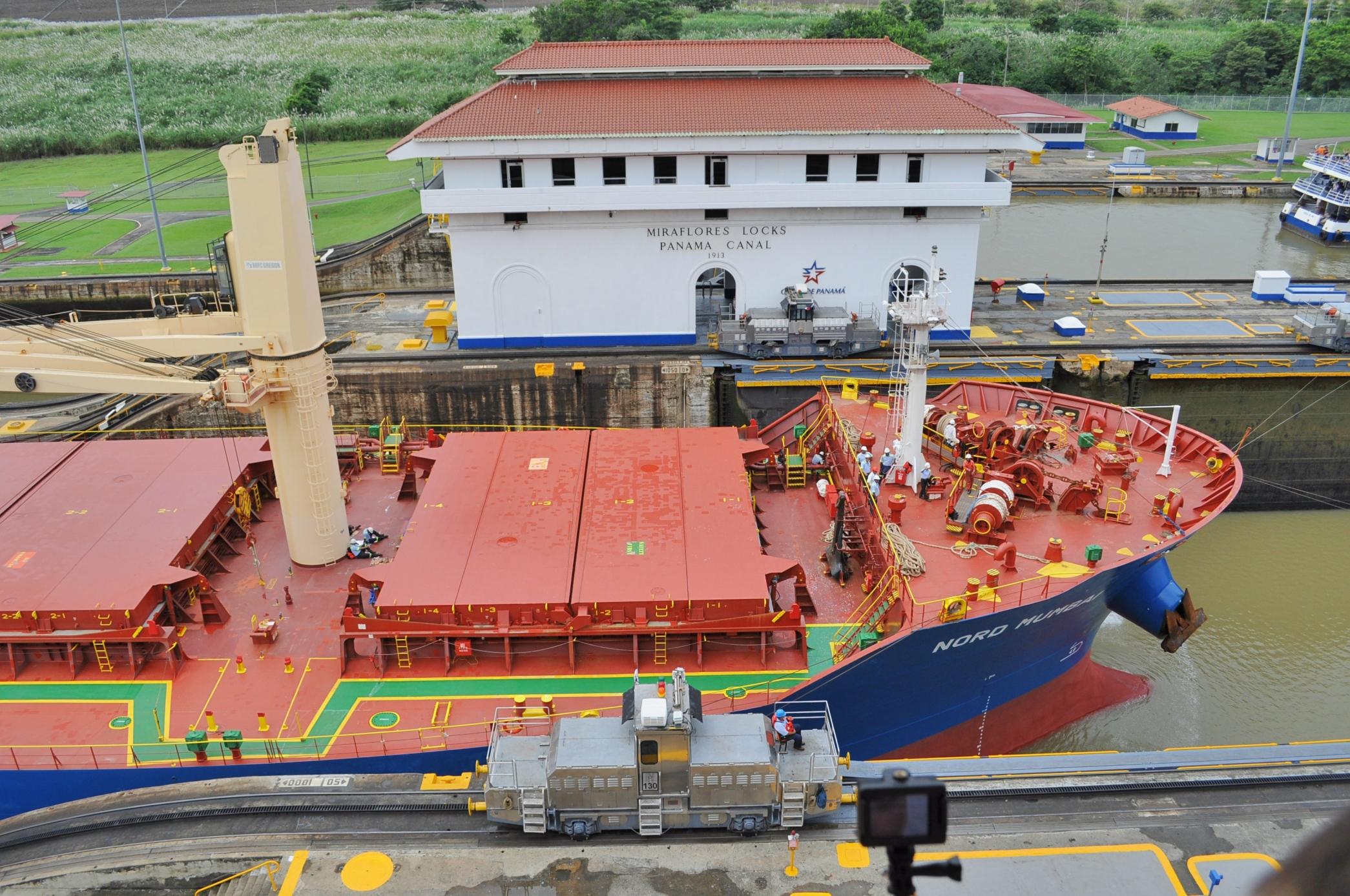 Kanał Panamski, śluzy Miraflores, statek w śluzie.