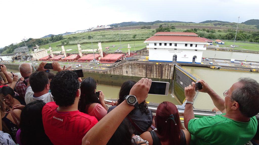 Kanał Panamski, tłumy odwiedzających.