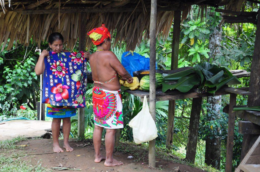 Osada Tusípono Emberá, kobiety przygotowują posiłek, Panama.