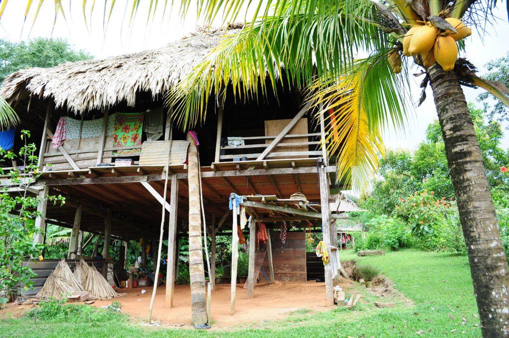 Osada Tusípono, dom na palach, nad rzeką Chagres, Panama