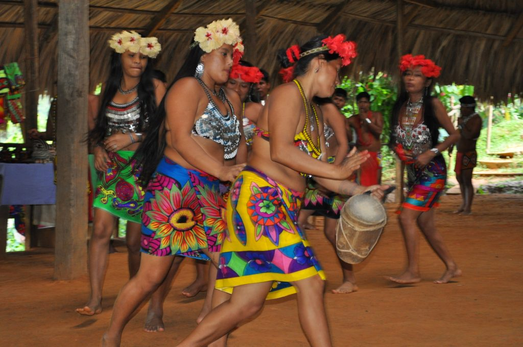Tusípono Emberá, taniec kobiet, taniec motyla i koliba, Panama