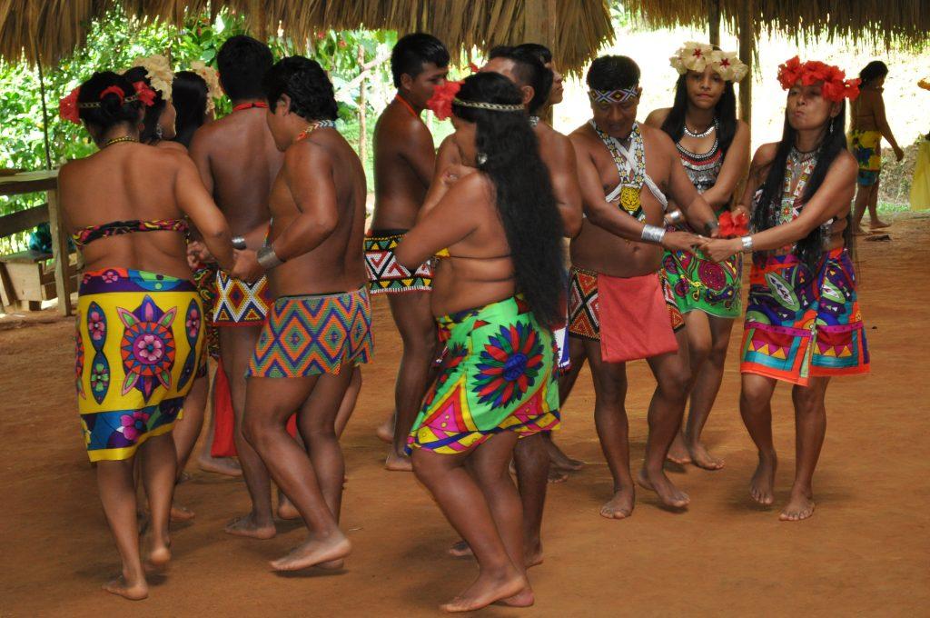 Tusípono Emberá, taniec, kacyk z napierśnikiem z wizerunkiem jaguara, Panama