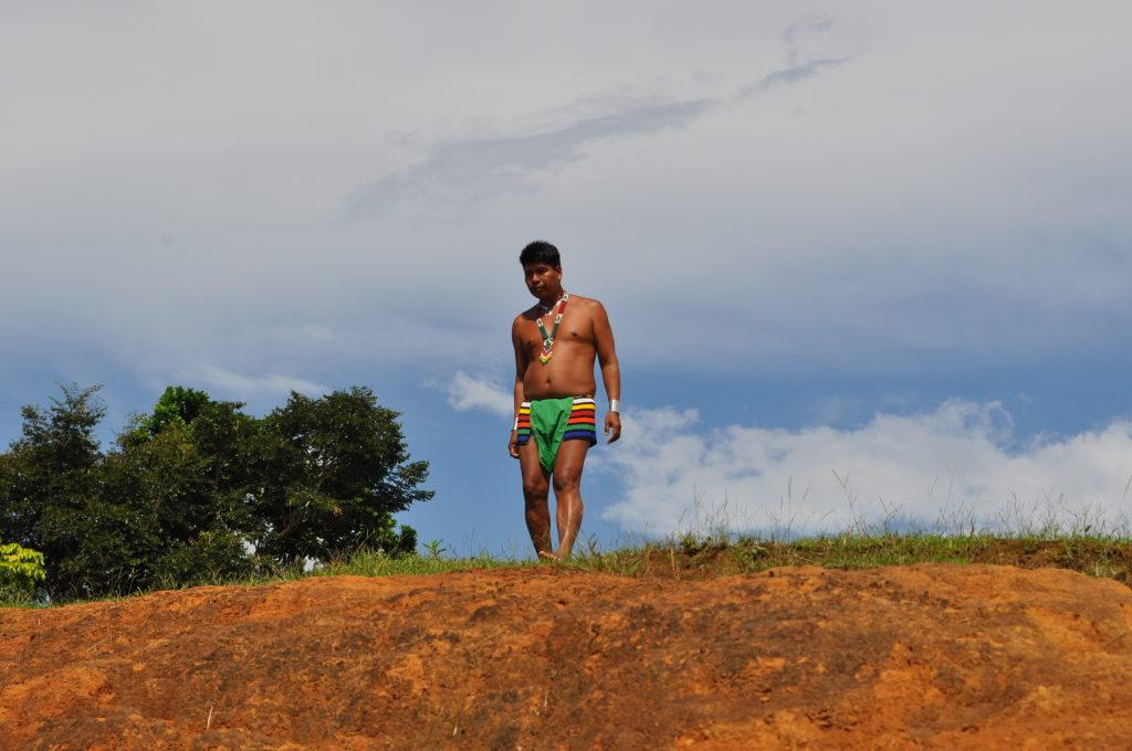 Tybylcy, Tusípono Emberá, jeden z członków społeczności, przygląda się odpływającym turystom, rzeka Chagres, Panama.