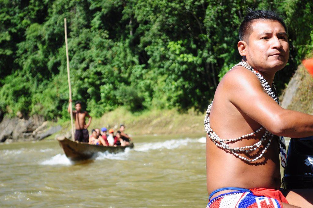 Emberá, członek osady Tusípono steruje kanu, rzeka Chagres, Panama.