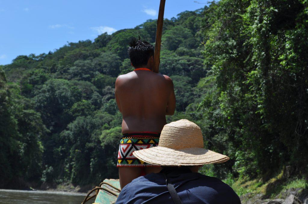Rzeka Chagres, członek wspólnoty Emberá wypatruje mielizn.