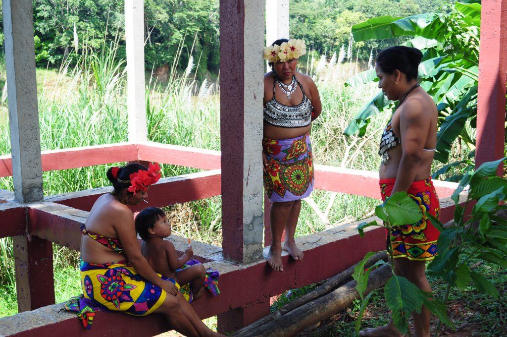 Kobiety Emberá, osada Tusípono, rzeka Chagres, Panama.