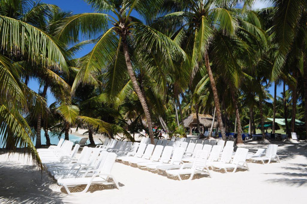 Plaża na wyspie Saona, dziesiątki leżaków.