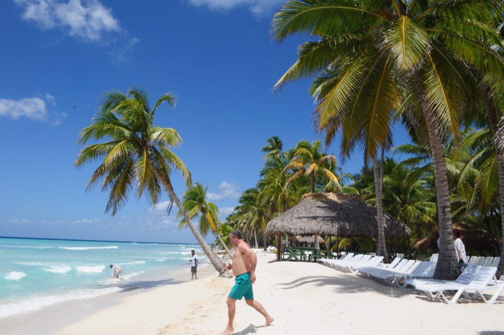 Wyspa Saona, Dominikana. Plaża, palmy, bieg do Morza Karaibskiego.