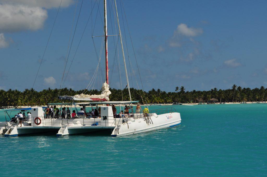 Katamaran u brzegów wyspy Saona.