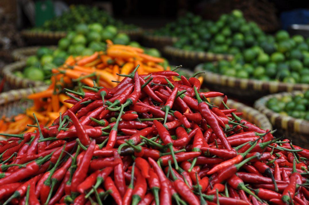 Menu podróżne, papryczki chili na targu w Hanoi, w Wietnamie.